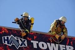 Torben Voigt (links) und Henrik Schröder (Feuerwehr Bremen) in 12 Meter Höhe auf dem Wettkampfturm.