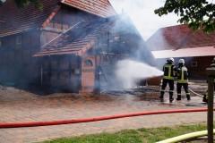 Der Brand war schnell unter Kontrolle, ein Übergreifen auf den Stall konnte verhindert werden. (Foto: Marion Thiermann)