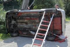 Der auf der Seite liegende PKW wurde mit einer Steckleiter und einer Feuerwehrleine stabilisiert und die geöffnete Tür per Seil an einer Laterne festgebunden.