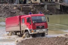 Durch die Ahr durch: Ein geländegängiges Fahrzeug der Feuerwehr Kelberg kam für die Verteilung der Hilfsgüter zum Einsatz.