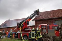 Die Drehleiter aus Nienburg löschte von der hinteren Seite die Werkstatt, sowie Glutnester an Dachbalken der Scheune. (Foto: Marion Thiermann)