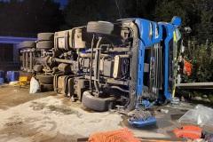 Der verunfallte LKW auf der Autobahn.