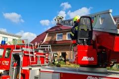 Kontrolle der Dachhaut über die Drehleiter