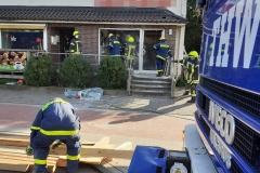 Einsatzkräfte von Feuerwehr und THW vor Ort.