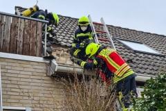 Der betroffene Dachbereich in der Adalbert-Stifter-Straße wird mittels einer Wärmebildkamera kontrolliert.