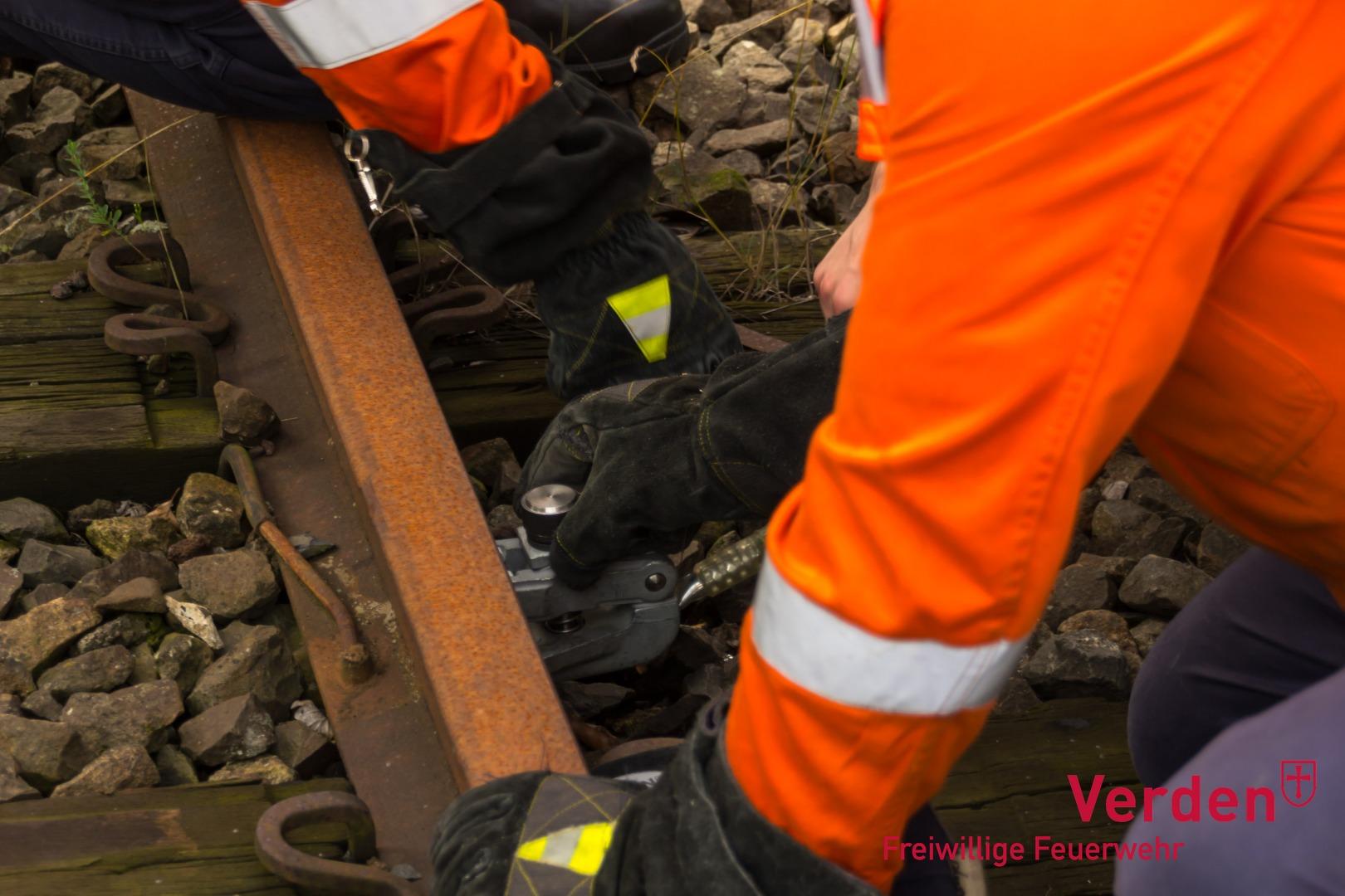 Anbringen der Erdungsklemme an Schienen.