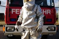 Der Hitzeschutzanzug schütz Einsatzkräfte vor Hitzeeinwirkung beispielsweise bei großen Flüssigkeitsbränden.