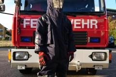 Teilweise gehört das Umsiedeln von Wespennestern auch zu den Aufgaben einer Feuerwehr, dabei schützen sich die Einsatzkräfte mit einem Insektenschutz vor Insektenstichen.