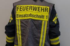 Die graue Weste kennzeichnet bei größeren Einsätzen Abschnittsleiter. Sie tragen die Verantwortung über mehrere Gruppen- bzw. Zugführer.