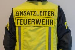 Die gelbe Weste kennzeichnet den Einsatzleiter. Er ist der Gesamtverantwortliche bei einem Einsatz der Feuerwehr.