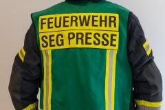 Der Feuerwehr-Pressesprecher ist mit einer grünen Weste gekennzeichnet. Er übernimmt in enger Absprache mit dem Einsatzleiter die Betreuung anwesender Pressevertreter.