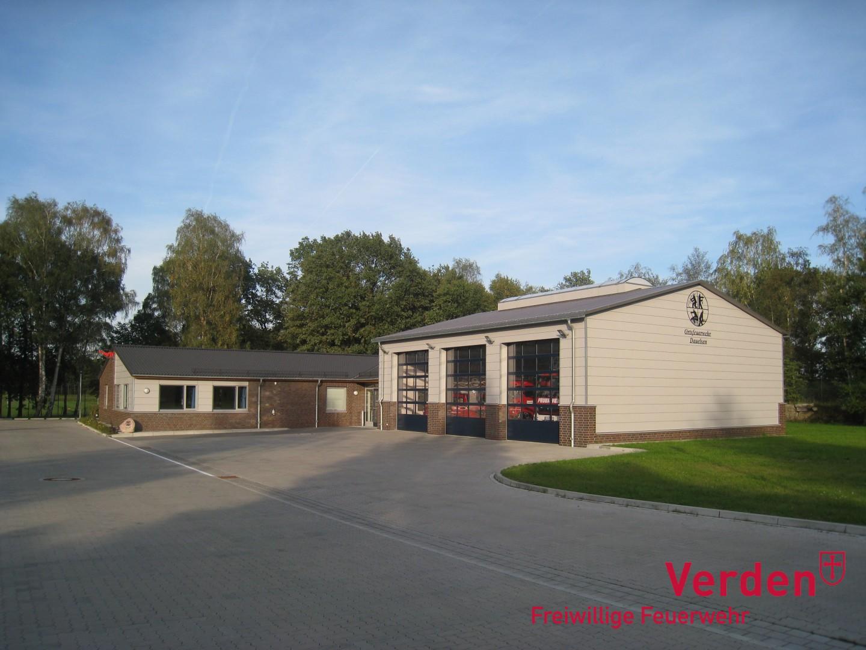 Das Feuerwehrhaus besteht aus einem Sozialtrakt und einer Fahrzeughalle mit drei Einstellplätzen.