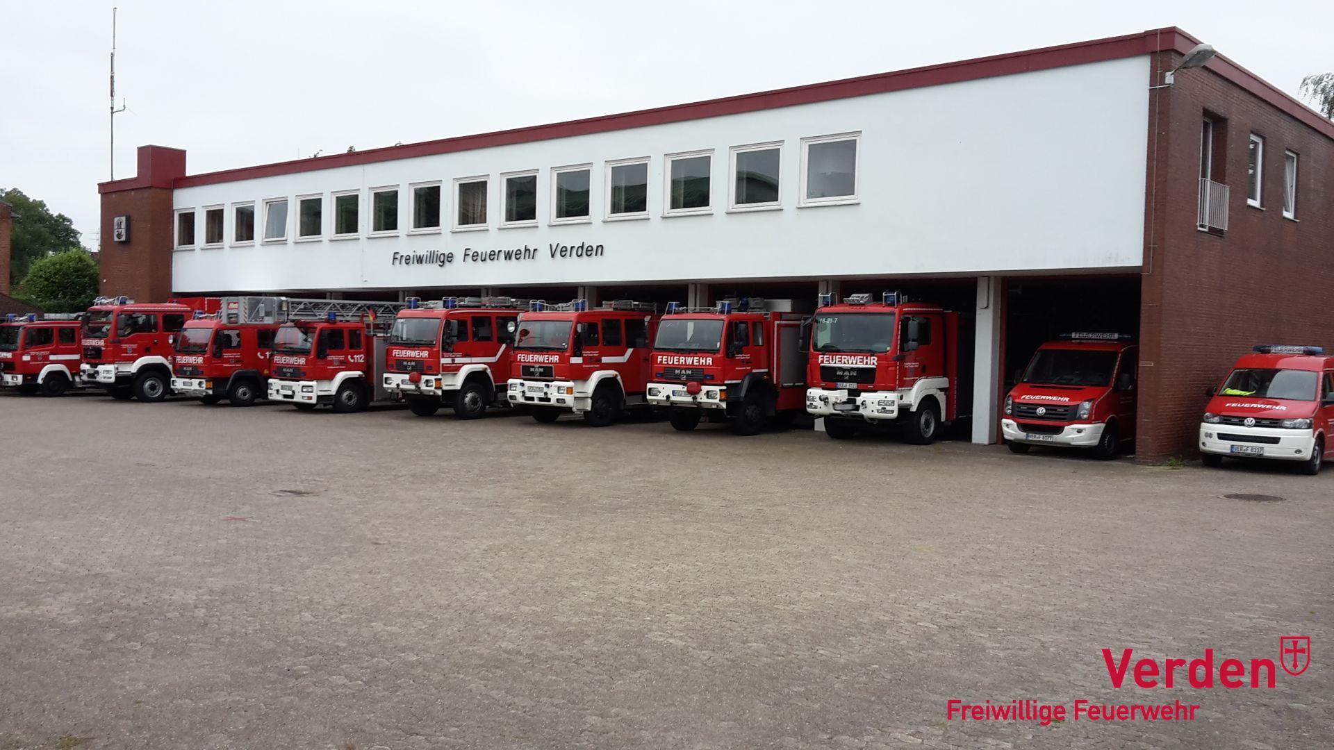Das Feuerwehrhaus mit den Fahrzeugen.