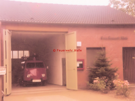 Der VW-Transporter als TSF/T im Feuerwehrhaus Am Schulberg