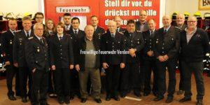 Die geehrten, beförderten und verabschiedeten Kameradinnen und Kameraden mit den Gästen der Mitgliederversammlung.